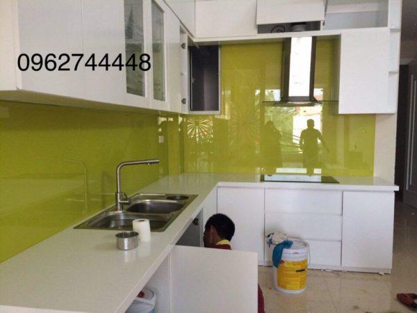 mẫu kính ốp bếp đẹp màu vàng tranh mới